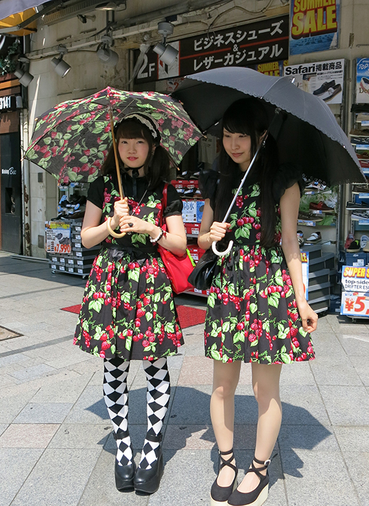 Japanese twin dressing with parasols
